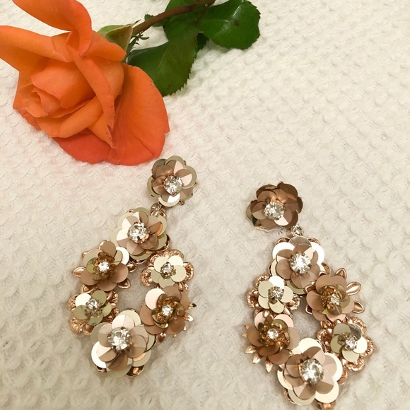 Jewelry - Earnings gold color with stones perfect condition